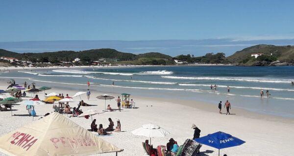 Prefeitura libera uso de mesas e guarda-sóis pelos barraqueiros nas praias de Cabo Frio