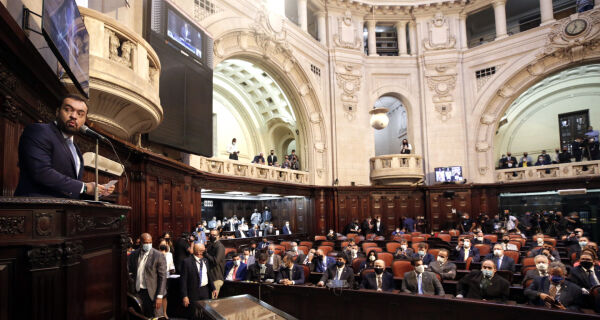"""Ao tomar posse como governador, Cláudio Castro fala em """"pacto pelo estado do Rio"""""""