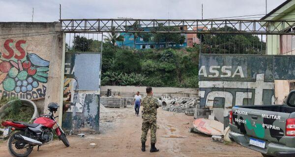 Polícia Militar flagra fábrica de cimento clandestina em São Pedro da Aldeia