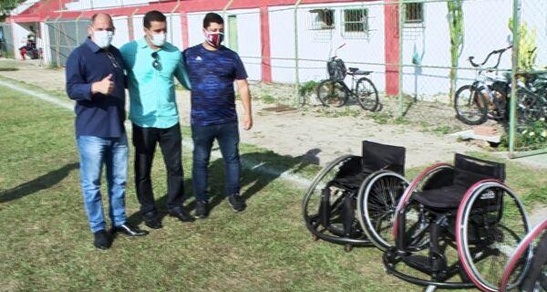 Arraial recebe doação de cadeiras adaptadas para projeto de basquete