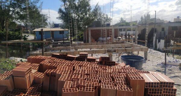 Polícia Ambiental flagra construção irregular em área de restinga, na Praia de Monte Alto