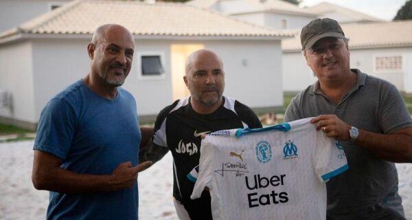 Búzios firma parceria com instituto do técnico de futebol argentino Jorge Sampaoli