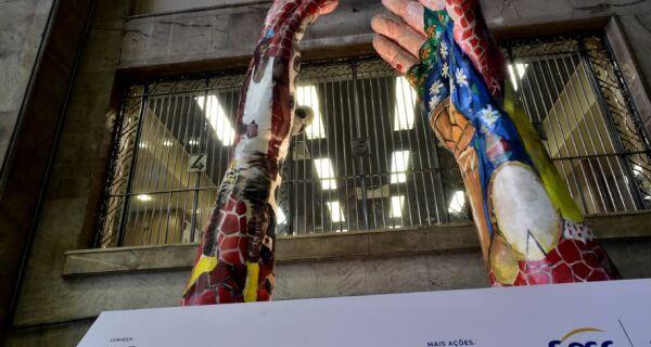 Em ação da Fecomércio, Cabo Frio recebe escultura gigante de exposição itinerante