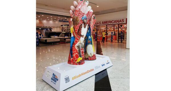 Escultura de campanha exposta no shopping Park Lagos amanhece de mãos unidas nesta terça (29)