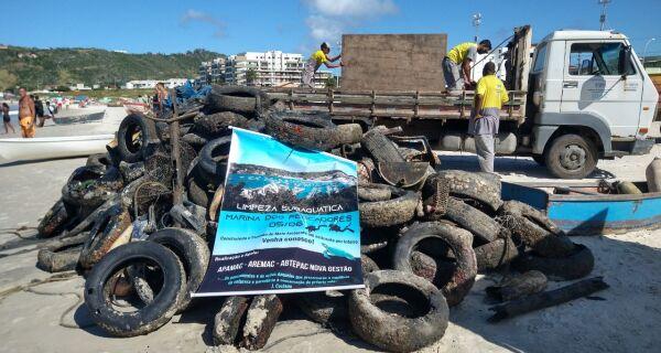 Limpeza subaquática em Arraial retira cadeiras, churrasqueiras e até vaso sanitário do fundo do mar