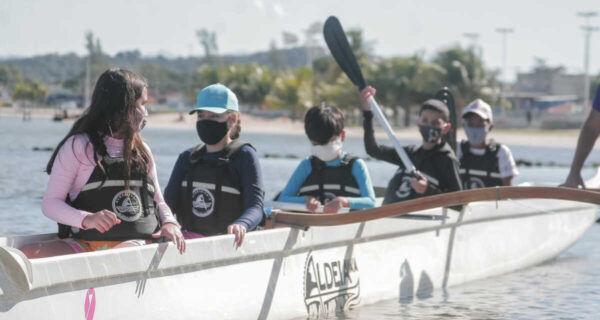 Aulas gratuitas de canoa havaiana são iniciadas em São Pedro da Aldeia