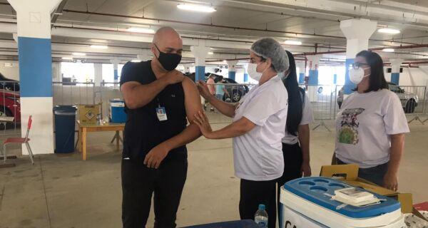 Com vacinação de prefeito, São Pedro da Aldeia começa mutirão solidário em formato drive thru