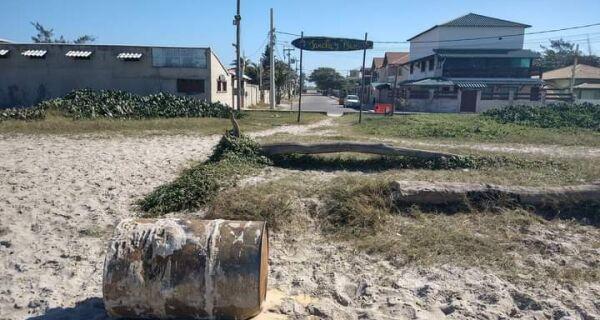 Barril de metal que apareceu na Praia do Foguete é retirado