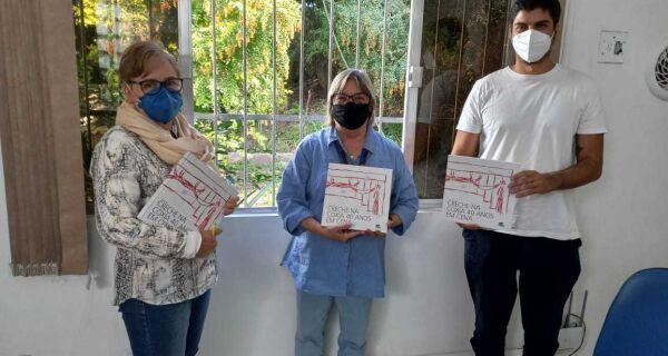 Escolas municipais de Cabo Frio ganham exemplares de livro sobre o grupo teatral Creche na Coxia