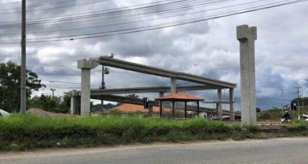 Trânsito na RJ-106 será interrompido para instalação de passarela