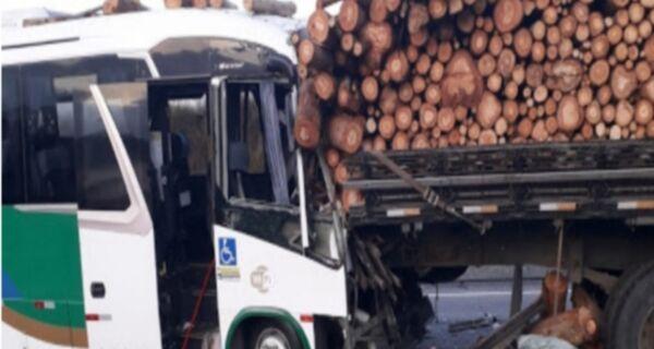 Ônibus da Prefeitura com pacientes para tratamento fora de Cabo Frio sofre acidente em Rio Bonito