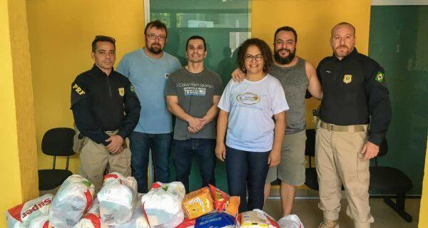 Polícia Rodoviária Federal entrega doações de alimentos para o Instituto Fome de Pão Sede de Deus