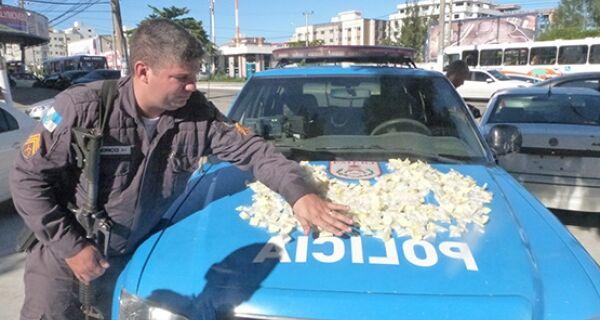 PM apreende 600 cápsulas de cocaína e leva um preso em Cabo Frio