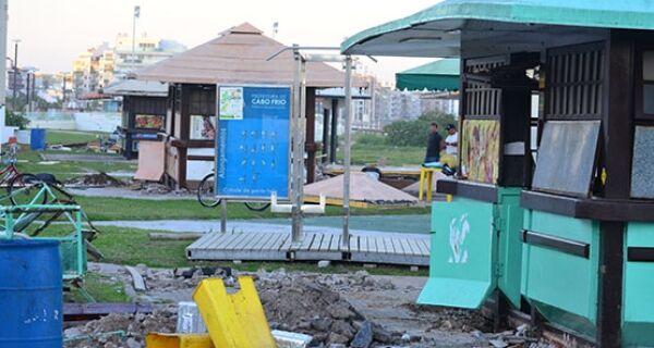 Quisques são demolidos no canto direito da Praia do Forte, em Cabo Frio
