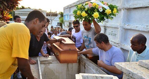 Vítima de bala perdida em Cabo Frio é enterrada no Cemitério Santa Izabel
