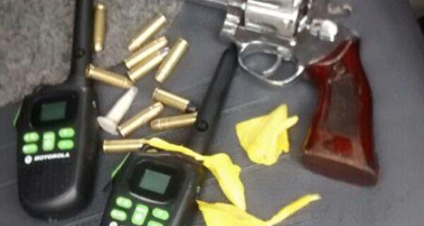 Três menores flagrados com granada, revólver e rádios transmissores no Jardim Peró