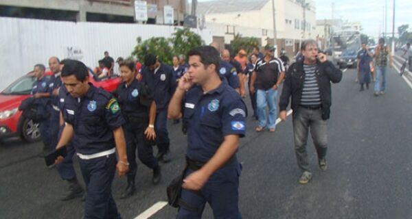 Servidores municipais em greve se dirigem para a sede da prefeitura