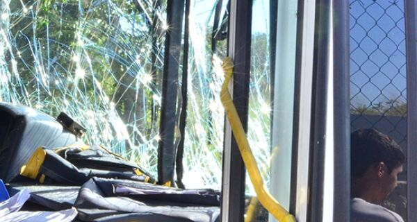 Acidente com ônibus deixa trânsito lento