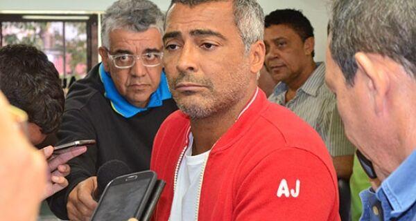 """""""Não fui, não sou e não serei contra a realização da Copa no Brasil"""", diz Romário em visita a Cabo Frio"""