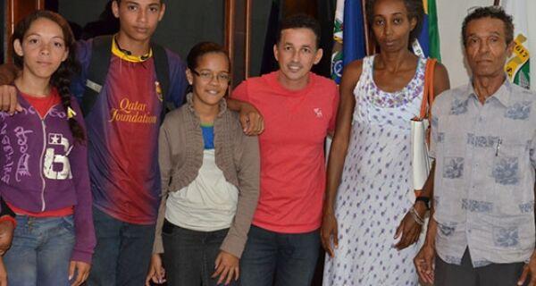 Prefeito de São Pedro da Aldeia recebe moradores do Alecrim