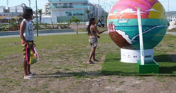 Escultura em forma de bola chama atenção na Praia do Forte
