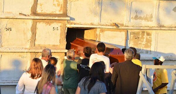 Corpo de menino assassinado é enterrado sob muita emoção