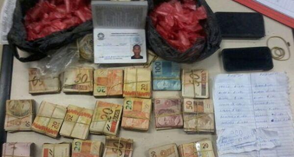 PMs apreendem R$ 18 mil, 90 cápsulas de cocaína e caderno com anotações do movimento do tráfico no Monte Alegre