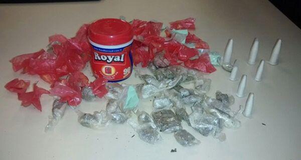 Policiais encontram drogas dentro de tubo plástico em imóvel abandonado na Vila do Ar