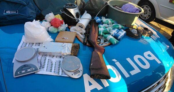 Operação policial apreende drogas em casa abandonada no Canal Itajuru