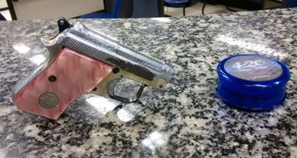 Menor é apreendido com pistola Bereta calibre 22 no Centro de Cabo Frio