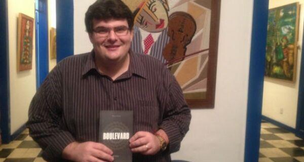 Paulo Cotias lança seu primeiro romance, 'Boulevard', no Charitas