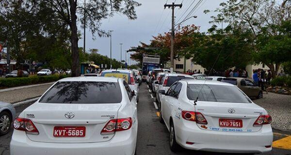 Taxistas de Cabo Frio protestam contra aumento no valor de vistoria
