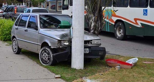 Veículo bate em poste na tarde desta quinta-feira no Parque Riviera, em Cabo Frio