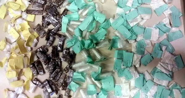 Mais de cem sacolés de cocaína e 60 trouxinhas de maconha são encontradas no bairro Vila do Ar
