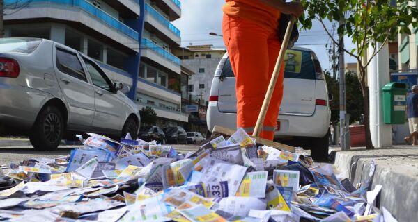 'Santinhos' sujam as ruas, contrariam eleitores, mas também salvam os indecisos