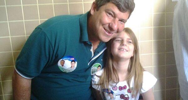 Alfredo Gonçalves vota com a filha Beatrice e esposa Mônica no Miguel Couto