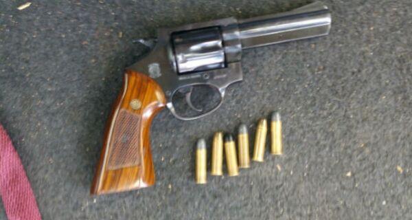Homem é preso portando revólver em Cabo Frio