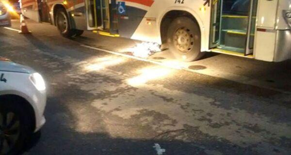 Corpo de homem atropelado por ônibus permanece sem identificação