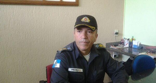 Homens do Batalhão de Choque patrulham bairros em conflito