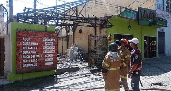 Fogos de artifício causam incêndio em pizzaria de Arraial do Cabo
