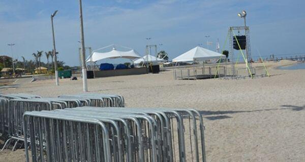 Estrutura para festa de Réveillon começa a ser montada na Praia do Centro em São Pedro