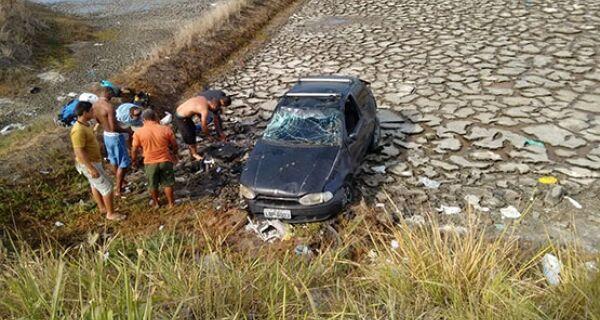 Motorista capota e cai em área de salina na RJ-140, em São Pedro