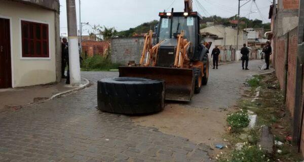 Polícia desmonta barricada na Rainha da Sucata, onde o acesso era bloqueado por traficantes do local