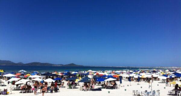 Praia do Forte lotada no sábado de feriado