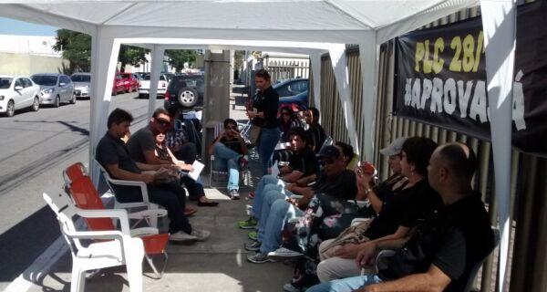 Servidores em greve acampam diante da Justiça do Trabalho