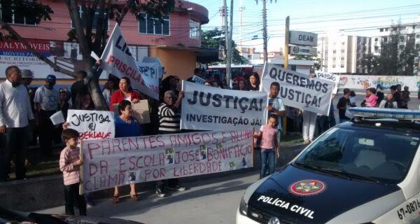 Protesto pela liberdade de Anansa e Priscila fecha o trânsito em frente a Deam de Cabo Frio