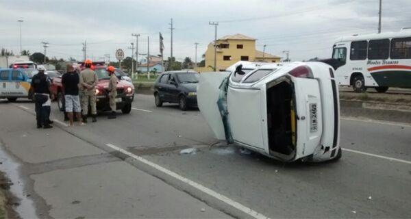 Acidente entre um carro e um caminhão interrompe o trânsito no sentido Cabo Frio