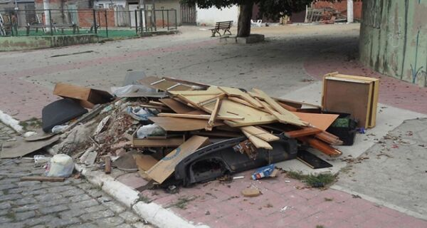 Falta de limpeza atrai ratos no Manoel Correa