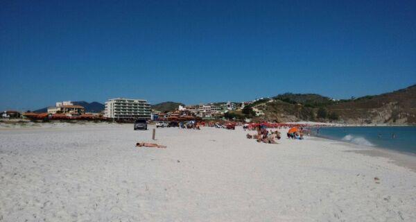 Banhistas reclamam de carros na areia da Praia Grande