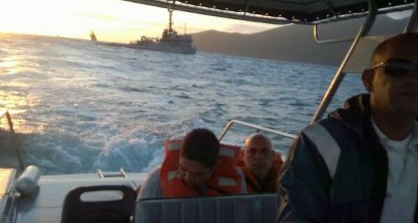 Capitania dos Portos resgata dois homens que ficaram à deriva em Arraial